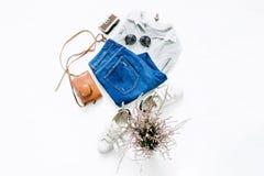 Polo femelle avec les jeans, le rouge à lèvres, les lunettes de soleil et les espadrilles blanches Image libre de droits