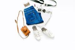 Polo femelle avec les jeans, le rouge à lèvres, les lunettes de soleil, la ceinture et le sne blanc Photos libres de droits