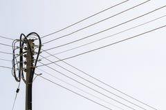 Polo y cables eléctricos fotografía de archivo