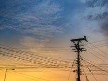Polo y cielo eléctricos en el tiempo crepuscular foto de archivo
