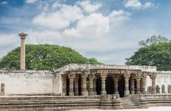Polo y entrada de Vijaya Lamp al templo de Chennakesava, Somanathpu Foto de archivo