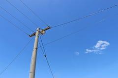 Polo y líneas eléctricas de poder Imagenes de archivo