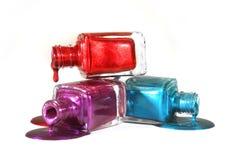 Polonês de unha empilhado de azul e roxo vermelhos fotografia de stock