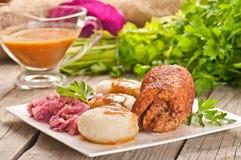 Polonês tradicional, prato Silesian Carne, bolinhas de massa da batata, couve Foto de Stock