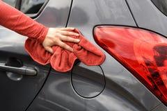Polonais d'une voiture après la station de lavage photos stock
