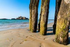 Polonais en bois en dehors des murs de Saint Malo à marée basse photos stock