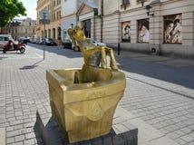 polonia Fuente de consumici?n bajo la forma de cabra de bronce El s?mbolo de la ciudad de Lublin La fuente est? situada en la cal fotografía de archivo libre de regalías