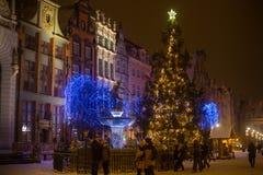 POLONIA, GDANSK - 30 DE DICIEMBRE DE 2014: Árbol de navidad en las decoraciones festivas en la calle de Dlugi Targ del mercado la Imagen de archivo libre de regalías