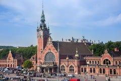 POLONIA, GDANSK - 30 DE MAYO DE 2016: La estación del tren principal del edificio en Gdansk imágenes de archivo libres de regalías