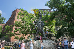 POLONIA, KRAKÓW - 27 DE MAYO DE 2016: La escultura del dragón famoso de Wawel nombró Smok Imagen de archivo