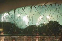 Polonia, Kraków, Kazimierz, pasarela de Bernatka, fuegos artificiales fotografía de archivo