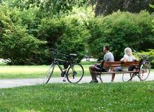 Polonia, Kudowa Zdroj - 17 de junio de 2018: Relajación en el parque del balneario imágenes de archivo libres de regalías
