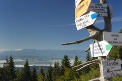 Polonia, montañas de Gorce, poste indicador en el pico de Turbacz Foto de archivo libre de regalías