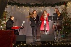 POLONIA, SOPOT - 14 DE DICIEMBRE DE 2014: Un grupo juvenil desconocido realiza canciones católicas de la Navidad Imagen de archivo