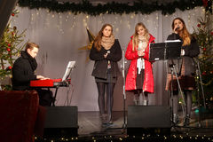 POLONIA, SOPOT - 14 DE DICIEMBRE DE 2014: Un grupo juvenil desconocido realiza canciones católicas de la Navidad Imagen de archivo libre de regalías
