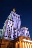 Polonia, Varsovia, palacio de la cultura y de la ciencia por noche Imagen de archivo