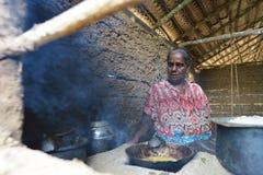 Polonnaruwa,斯里兰卡, 2015年11月8日:准备食物的Sri Lankian老妇人在厨房里用传统方式 免版税图库摄影