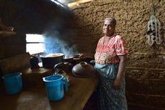 Polonnaruwa,斯里兰卡, 2015年11月8日:准备食物的Sri Lankian老妇人在厨房里用传统方式 库存图片