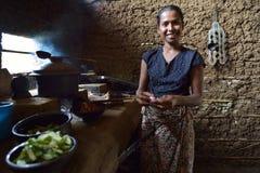 Polonnaruwa,斯里兰卡, 2015年11月8日:烹调在厨房里的Sri Lankian妇女用传统方式 免版税库存图片