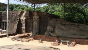 POLONNARUWA, ΣΡΙ ΛΑΝΚΑ Αρχαία αγάλματα του Βούδα απόθεμα βίντεο