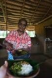 Polonnaruwa, Шри-Ланка, 8-ое ноября 2015: Женщина Sri Lankian служа традиционная еда стоковое фото
