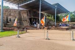 POLONNARUWA, SRI LANKA - JULI 22, 2016: De toeristen bezoeken de standbeelden van Boedha bij Gal Vihara-rotstempel in de oude sta stock afbeelding