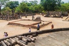 POLONNARUWA, SRI LANKA - 22. JULI 2016: Touristenbesuch Viereck-Tempelgruppe in der ancent Stadt Polonnaruwa, Sri Lan stockfotos