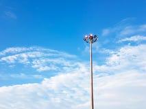 Polos claros bondes altos com o céu azul claro e scattere branco Imagens de Stock Royalty Free