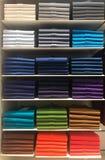 Polos colorés sur des étagères dans le centre commercial Photographie stock