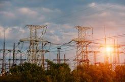 Polos da eletricidade do poder superior na área urbana Abastecimento de energia, distribuição da energia, energia transmissora, t fotos de stock royalty free