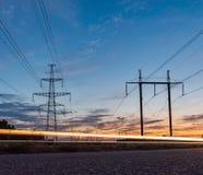 Polos da eletricidade do poder superior na área urbana Abastecimento de energia, distribuição da energia, energia transmissora, t imagem de stock
