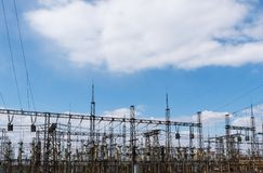 Polos da eletricidade do poder superior na ?rea urbana Abastecimento de energia, distribui??o da energia, energia transmissora, t foto de stock