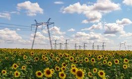 Polos da eletricidade do poder superior na ?rea urbana Abastecimento de energia, distribui??o da energia, energia transmissora, t fotos de stock