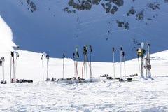 Polos de esquí en nieve Equipo del esquí contra la montaña nevosa en SK Foto de archivo