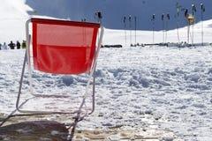 Polos de esquí en nieve Equipo del esquí contra la montaña nevosa en SK Imagen de archivo