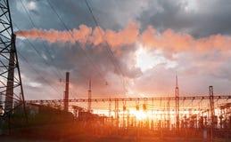 Polos de la electricidad del poder m?s elevado en zona urbana Suministro de energ?a, distribuci?n de la energ?a, energ?a que tran imágenes de archivo libres de regalías