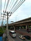 Polos de la electricidad a lo largo de la carretera Imagenes de archivo