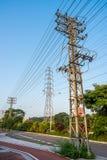 Polos de la energía eléctrica de la transmisión Foto de archivo libre de regalías