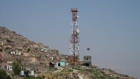 Polos de la señal de satélite cerca de una ciudad almacen de metraje de vídeo
