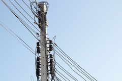 Polos de poder com os fios tangled Imagens de Stock Royalty Free