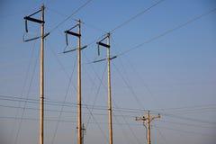 Polos de serviço público da subestação elétrica e linhas de abastecimento de alta tensão aéreas do poder em Wyoming fotos de stock