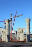 Polos del hormigón reforzado del puente que es construido Fotos de archivo libres de regalías