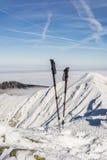 Polos del senderismo en la nieve Imagen de archivo libre de regalías