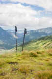 Polos del senderismo en las montañas Imagenes de archivo