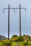 Polos del voltaje, pilón de la electricidad, torre de poder de la transmisión Fotografía de archivo libre de regalías