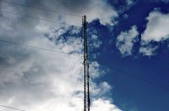 Polos e céu da eletricidade Foto de Stock