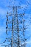 Polos e fios da eletricidade altos Foto de Stock