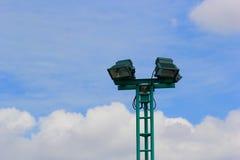 Polos ligeros en el parque, posts de los proyectores en el cielo azul Fotografía de archivo libre de regalías