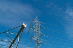 Polos novos para as linhas elétricas que encontram-se na terra Para a instalação seguinte na posição do projeto Foto de Stock Royalty Free