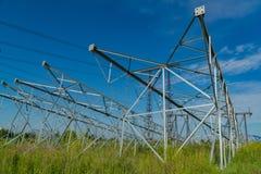 Polos novos para as linhas elétricas que encontram-se na terra Para a instalação seguinte na posição do projeto Imagem de Stock Royalty Free